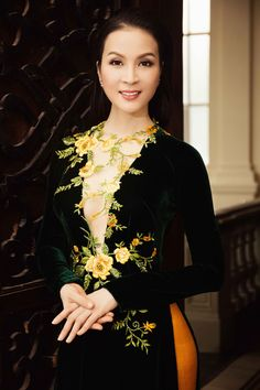 MC Thanh Mai duyên dáng với áo dài thêu hoa - 2