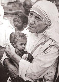 """Madre Tereza  foi uma missionária católica de etnia albanesa, nascida no Império Otomano, na capital da atual República da Macedônia e naturalizada indiana, beatificada pela Igreja Católica em 2003. Considerada, por alguns, a missionária do século XX, fundou a congregação """"Missionárias da Caridade"""", tornando-se conhecida ainda em vida pelo cognome de """"Santa das sarjetas""""."""