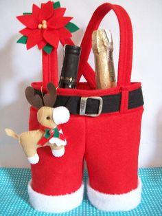 Sacola calça papai Noel Faça seu presente de natal ficar ainda mais interessante com esta linda embalagem!! Confeccionada em feltro com chaveiro de motivos de natal e flor natalina tbm em feltro. Maior 23X23 cm até no cós, com a alça 40 cm -