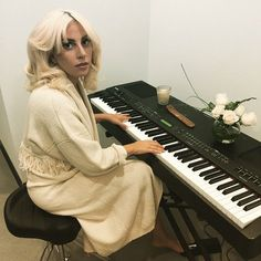 Lady Gaga Playing the Piano Lady Gaga Guy, Lady Gaga Pictures, Lil Wayne, Ringo Starr, Piano Lessons, John Lennon, American Singers, Role Models, Good Music