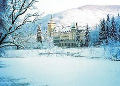 Hotel Palota in Lillafüred im Winter Heart Of Europe, Baroque Architecture, Palace Hotel, Central Europe, Romania, Budapest, Travel Inspiration, Places To Visit, Around The Worlds