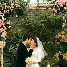 Song Joong Ki and Song Hye Kyo married on October 2017 Song Joong Ki, Korean Celebrities, Korean Actors, Korean Dramas, Celebs, Wedding Couples, Cute Couples, Wedding Pics, Wedding Ceremony