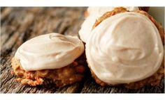 24 Cookies carrot cake : 50 g cassonade, 50g sucre, 110 g beurre, 1  œuf ,1.5 cc extrait vanille, 50g farine, 1/2 cc bicarbonate de soude, 1/2 cc levure chimique, 1/4 cc sel, 20g flocons d'avoine, 2 carottes finement râpées, 70g raisins secs  110g ananas broyés égouttés, 1 cc cannelle,  1/2 cc gingembre moulu,1/4 cc noix de muscade moulue, 1 pincée de clous de girofle moulus  Pour le glaçage : 110g de philadelphia  50 g de beurre, température ambiante  1/2 cc extrait de vanille 1 cc cannelle