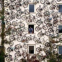 Instalação na fachada de uma loja de bicicletas, idealizada pelo proprietário Christian Petersen, em Berlin, Alemanha. #architecture #arquitetura #arte #art #artlover #design #architecturelover #instagood #instacool #instadesign #instadaily #projetocompartilhar #shareproject #davidguerra #arquiteturadavidguerra #arquiteturaedesign #instabestu #decor #architect #criative #photo #decoracion #installations #instalações #berlin #berlim #bike #bicicleta