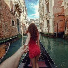It begins with a photographer, with a beautiful girlfriend, & a romantic, well thought out, beautifully orchestrated idea to take a picture of her leading him across the World. (Photographer Murad Osmann) This is what a girls DREAMS are made of! Romantic Photography, Travel Photography, Passion Photography, Photography Series, Creative Photography, Great Photos, Cool Pictures, Amazing Photos, Murad Osmann