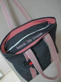 Tutorial borsa fai da te | Antonella Dolci Creazioni Pouch Bag, Zipper Pouch, Tote Bag, Recycle Jeans, Handmade Handbags, Bag Patterns To Sew, Fabric Bags, Cotton Bag, Bag Making