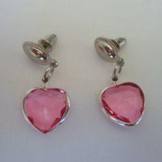 Brinco co rosa feito com coração em acrílico com acabamento em abs. R$ 2,10