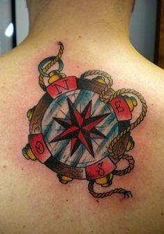 tattoo old school, una bussola con i punti cardinali in rosso e una cima intorno