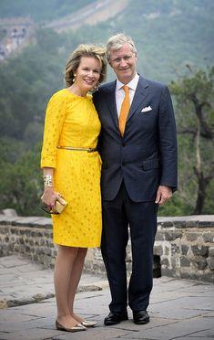 Reina Matilde de Bélgica Acto: Viaje oficial a China. Fecha: 23 de junio de 2015. 'Look': La reina optó por un vestido con de color amarillo eléctrico con detalles calados, de Natan. Como complementos, brazalete, 'clutch' y bailarinas en punta, todo en tono dorado.