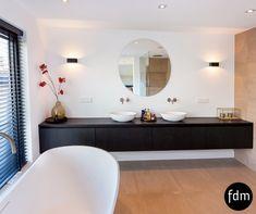 Modern zwart beits eiken badkamermeubel geheel op maat gemaakt.