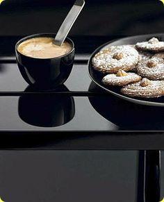 Biscotti al caffè e nocciole Ingredienti: per 4 persone          240 g di farina         150 g di burro         60 g di nocciole sgusciate e pelate         60 g di zucchero semolato         60 g di zucchero a velo         1 uovo         1 tazzina di caffè         latte      Quella delle nocciole è una pianta molto antica tanto che Greci e Romani ne appr