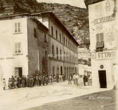 Un gruppo di persone in posa davanti alle nuove scuole comunali di Marradi, 1900 ca.  Stampa su Carta-Cartoncino, 12x13 cm  Raccolte Museali Fratelli Alinari (RMFA), Firenze.