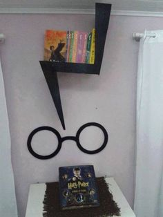 14 Ideas to turn your room into Hogwarts, DIY and Crafts, I& leave this around for the Harry Potter fans. Harry Potter Diy, Estilo Harry Potter, Harry Potter Nursery, Harry Potter Classroom, Theme Harry Potter, Harry Potter Birthday, Harry Potter World, Hogwarts, Harry Potter Bricolage