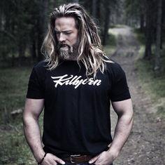 Lo hanno soprannominato il vichingo. Si chiama Lasse Matberg, ha trent'anni ed è un ufficiale della marina norvegese. Lunga chioma bionda, barba