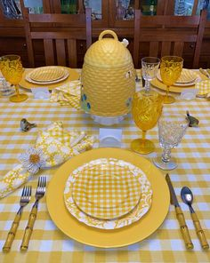 We Need some Brightness at the Table! — Whispers of the Heart Bright Spring Yellow Tablescape - we need some brightness right now! Whispers Of The Heart Brunch Mesa, Yellow Tablecloth, White Napkins, Beautiful Table Settings, Spring Home Decor, Deco Table, Decoration Table, Mellow Yellow, Tablescapes