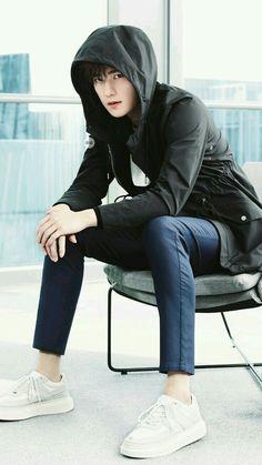 Balcony m @ h e Yang Chinese, Chinese Boy, Korean Male Actors, Asian Actors, Jung So Min, Yang Yang Actor, Song Wei Long, Cute Actors, Damon Salvatore