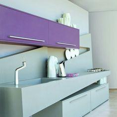 Essa cozinha S.C.A. ultramoderna apresenta bancada em Dupont-Corian® e revestimento em laminado liso acetinado na cor Púrpura.