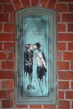 Kiss Me You Fool: Street Art by AliCé (Alice Pasquini) in Berlin Painted Doors, Wooden Doors, Entrance Doors, Doorway, Old Doors, Windows And Doors, Door Gate, Unique Doors, Tore