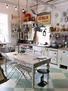 Un pavimento a scacchi, sedie e tavolo da recupero e tanti dettagli vintage…