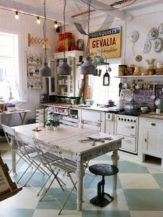 Un pavimento a scacchi, sedie e tavolo da recupero e tanti dettagli vintage. Questo pattern di abbinamenti può essere seguito anche utilizzando un corpo cucina decisamente moderno, high tech.
