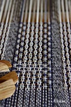 Weaving Textiles, Weaving Patterns, Textile Patterns, Textile Art, Handloom Weaving, Lace Weave, Weaving Wall Hanging, Fabric Structure, Sampler Quilts