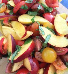 Tomaten-Pfirsich-Salat 2-3 Pfirsiche oder Nektarinen, 2-3 Tomaten, 2-3 Zweige Basilikum, 2 EL Olivenöl, 2 EL Weissweinessig, 1 EL Akazienhonig, 1/3 Curry-Salz von Würzmeister.ch, Pfirsiche gewaschen und in Spalten geschnitten, Tomaten waschen, zerkleinern und zugeben. Mit den restliche Zutaten mischen.