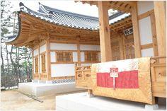 [예단] 한국의 아름다움을 전하다    아름다운 자수와 함께 전통과 현대를 잇는 사극 영화 미술 트렌드에 조화로운 작품을 선보이는 그곳 궁 침구를 엿 보았다.