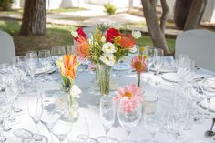 This centerpiece is stunning, beautiful flowers for a beautiful wedding day. Deco by Artnatur #Ibiza #boda #wedding
