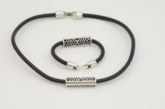 Conjunto de colgante y pulsera con cordón de cuero negro o marrón y abalorios en zamak bañados en plata. PRECIO gargantilla: 11 € PRECIO pulsera: 9 €