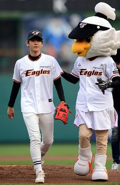 150616 Baekhyun Hanwha Baseball Opening Pitch