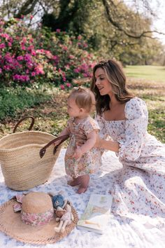 Mom And Baby, Mommy And Me, Baby Love, Cute Kids, Cute Babies, Picnic Outfits, Cute Baby Pictures, Cute Baby Girl Photos, Gal Meets Glam