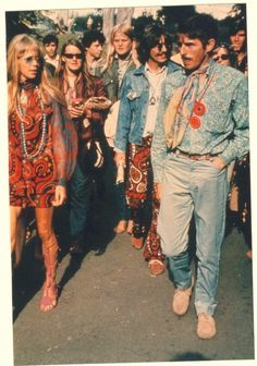 Hippie Style 1960 - I can see Pattie Boyd and George Harrison there. Happy Hippie, Hippie Life, Hippie Boho, Hippie Peace, Look Vintage, Vintage Mode, Vintage Ladies, Retro Vintage, 60s And 70s Fashion