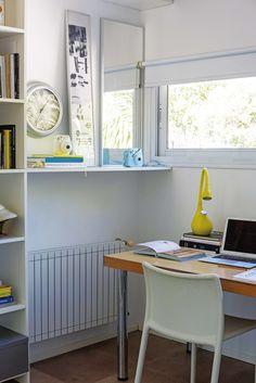 Oficina moderna en un edificio racionalista, con base blanca y toques de amarillo a través de equipamiento y accesorios.
