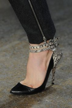 Shoe Cam: Yigal Azrouël Fall 2013 #NYFW. Para más de moda y tendencias vidita el blog que además te asesora con tu imagen www.tuguiafashion.com