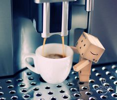 coffee and Amazon box robot Mais