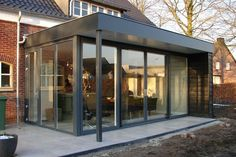 Mooie glaswand met tuindeuren Extension Veranda, Orangery Extension, Cottage Extension, House Extension Design, Glass Extension, House Design, Bay Window Treatments, Sun House, Archi Design