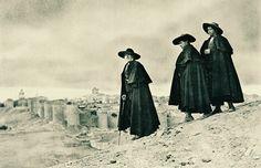 'Escopeta, Vinazo y Centeno', típicos personajes abulenses fotografiados por José Ortiz Echagüe hacia 1916.