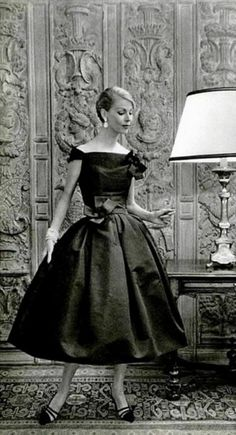 ~Italian Socialite Felicidade de Sousa Campos is wearing a Creation of Christian Dior in vintage fashion Vintage Glamour, Vintage Dior, Moda Vintage, Vintage Couture, Vintage Mode, Vintage Beauty, Vintage Hats, Vintage Style, 50s Vintage