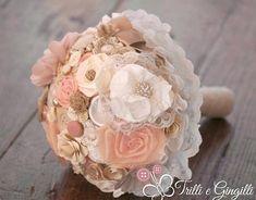 Stanca dei bouquet con fiori che appassiscono nel giro di una giornata? Allora perchè non farsi fare un bouquet in tessuto? Qui ne trovi tantissimi esempi.