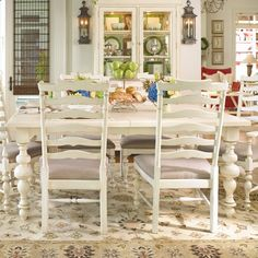 Pretty dining table!