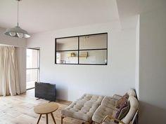 窓は家の外壁につけるもの――そんな常識にとらわれているのはもったいない!今、室内の壁にガラス窓をはめ込む「室内窓」をうまく利用して快適な住まいを実現している人が… Home And Living, Living Room, Interior Windows, New Home Designs, Minimalist Living, House Rooms, Home Goods, Interior Design, House Styles