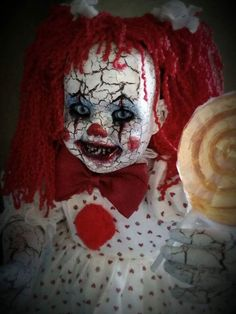 Have you ever been in a room full of creepy dolls? If you agree, let this list of horror dolls fuel your nightmares. Halloween Clown, Gruseliger Clown, Halloween Karneval, Halloween Crafts, Scary Clown Costume, Halloween 2019, Zombie Dolls, Scary Dolls, Creepy Clown Makeup