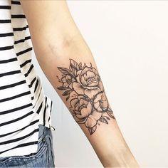 flowers by @rodrigomuinhos #tattoo #tatuagem #ink #inked #tattoodo #tattooed #tatuagens #art #desenho #drawing2me #draw #chicanatatuaria #tattoo2me #blxcink #blackwork #superb_tattoo #linework #tattrx #blackworkers #blackworkartists #blackworkessubmission