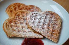 Skønne sprøde vafler. Denne opskrift på vaffeldej giver sprøde vafler som smager virkelig skønt med is, flormelis eller syltetøj