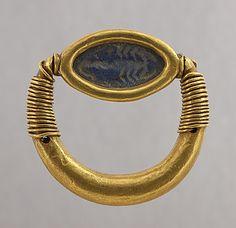 Nouvel Empire - Bague à chaton pivotant : scorpion -  or et lapis-lazuli  | Site officiel du musée du Louvre