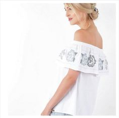 Bardot neck is definitely big summer trend.Try pair our White Embroidered Top with jeans and trainers to finish. - Bardot neckline - Embroidered hem - one size - Model is 175 (Product measurement) Bust: Length: Bardot, Size Model, Off Shoulder Blouse, Neckline, Tops, Women, Fashion, Moda, Plunging Neckline