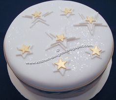 Cake decorating Gear: whenever you're decorating for birthdays and the holidays, you do not require each cake decorating tool on the market, however, you need a few fundamentals. Listed here are essential for cake decorating. Christmas Themed Cake, Christmas Cake Designs, Christmas Cake Decorations, Christmas Cupcakes, Holiday Cakes, Christmas Goodies, Christmas Desserts, Christmas Treats, Christmas Star