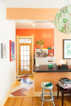 Cure Color Shyness: 14 Real-life Fearless Paint Colors to Push Your Style - never thought I would like an orange wall, but it looks good here, especially with the contrasting green accents Peach Paint Colors, Wall Paint Colors, Bold Colors, Peach Walls, Orange Walls, Coral Walls, Kitchen Paint Colors, Interior Paint, Color Inspiration