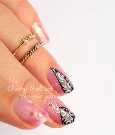 nail art paillettes dégradé transparent et triangles arabesques