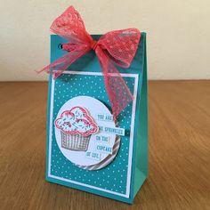 How sweet! Met de zoete kleuren de Dotted Trim Lace en stempelset Sprinkles of Life, maak je in een handomdraai een zoete verpakking!